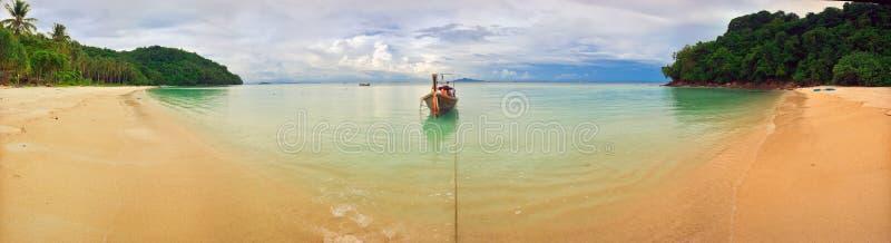 Panorama van tropisch strand stock afbeeldingen