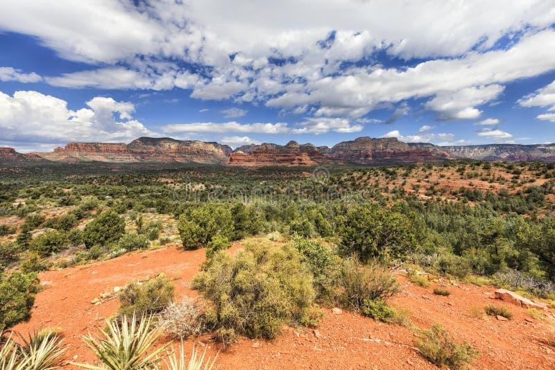 Panorama van vallei en Rode rotsvormingen op de achtergrond royalty-vrije stock foto