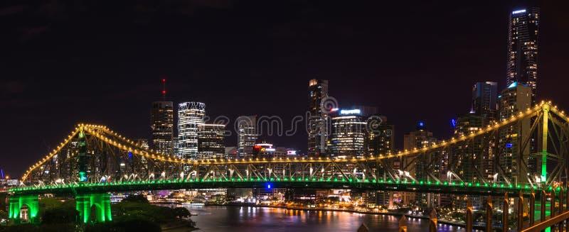 Panorama van Verhaalbrug in geel en groen licht bij nacht in Brisbane, Australië royalty-vrije stock afbeeldingen