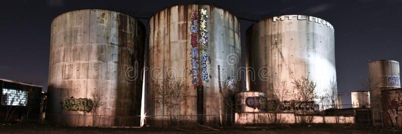 Panorama van verlaten silo's bij nacht stock fotografie