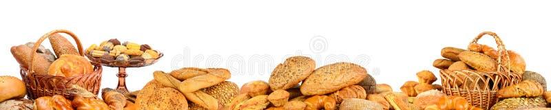 Panorama van verse die broodproducten op wit wordt geïsoleerd royalty-vrije stock afbeeldingen
