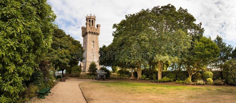Panorama van Victoria Tower naast het Stadsarsenaal bij St Peter Port, Guernsey wordt geplaatst dat royalty-vrije stock foto's