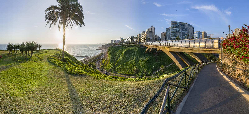 Panorama van Villena Rey Bridge van Miraflores in Peru stock fotografie
