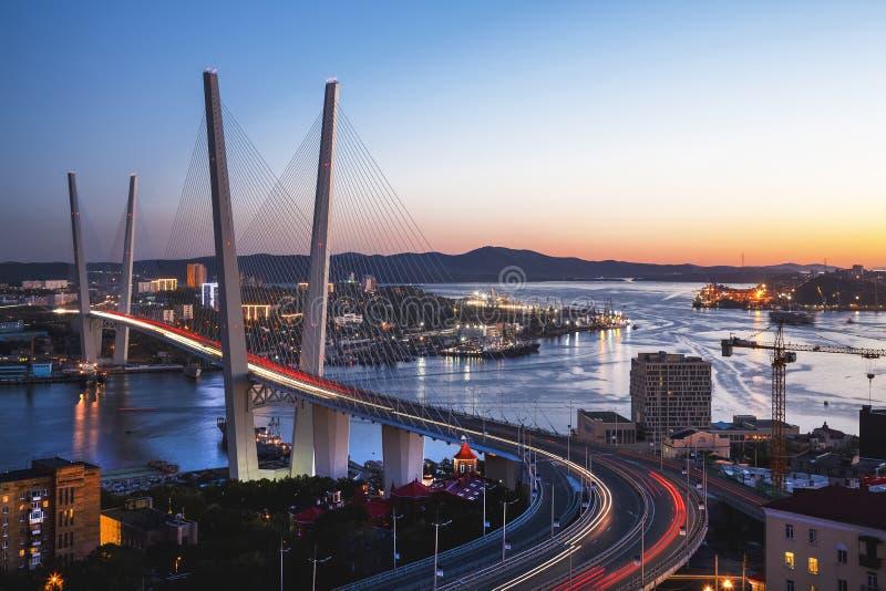 Panorama van Vladivostok bij zonsondergang, het Verre Oosten Rusland royalty-vrije stock foto's