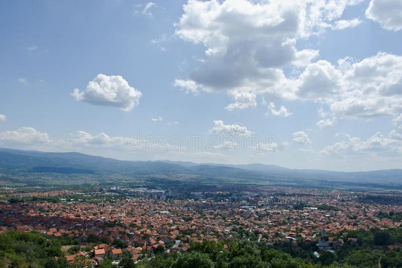 Panorama van Vranje, Servië stock foto