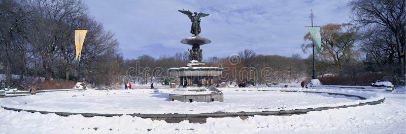 Panorama van waterfontein met verse de wintersneeuw wordt behandeld in Central Park, de Stad die van Manhattan, New York stock foto