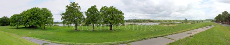 Panorama van weide en rivier stock afbeeldingen