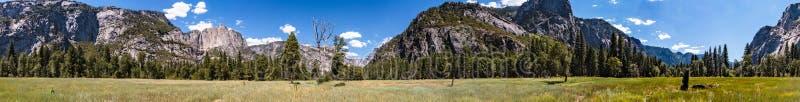 Panorama van weide in vallei van het Nationale Park van Yosemite royalty-vrije stock afbeeldingen