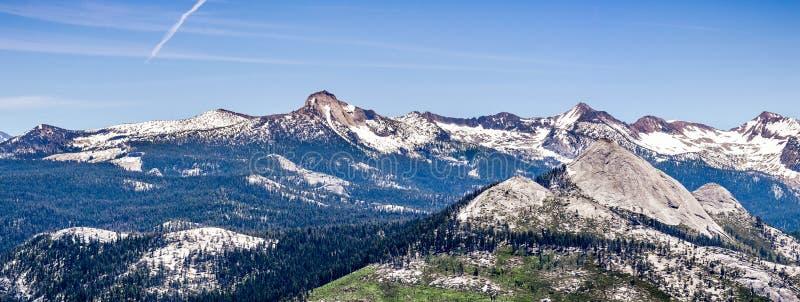Panorama van wildernisgebieden in het Nationale die Park van Yosemite met bergpieken in sneeuw worden behandeld; Sierra Nevada -b royalty-vrije stock afbeelding