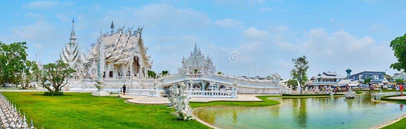 Panorama van Witte Tempel en zijn tuin, Chiang Rai, Thailand stock foto's