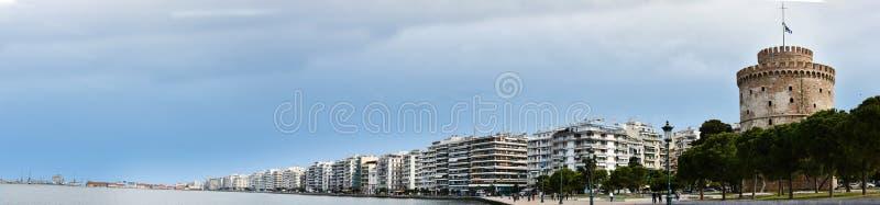 Panorama van witte toren en waterkant in Thessaloniki royalty-vrije stock afbeeldingen