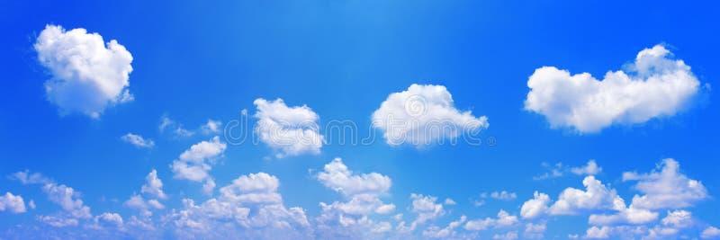Panorama van witte wolken op blauwe hemel stock afbeelding