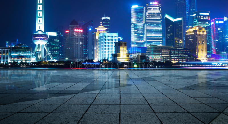 Panorama van wolkenkrabbers in een moderne stad bij nigh royalty-vrije stock fotografie