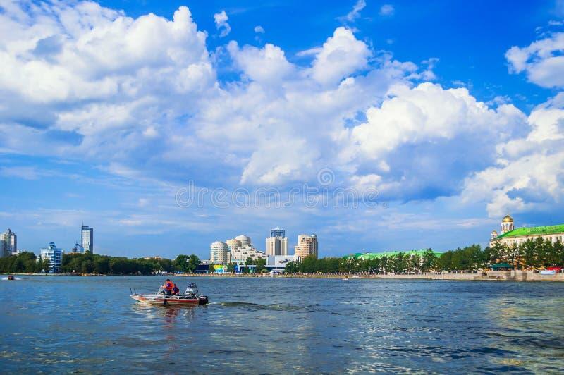 Panorama van Ykaterinburg - watergebied van Iset-rivier in Yekaterinburg, Rusland stock afbeelding