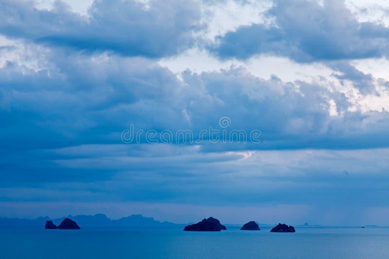 Panorama van zeegezicht met bewolkte hemel, onweer, blauwe oceaan, bergen bij Phang-ngabaai royalty-vrije stock fotografie