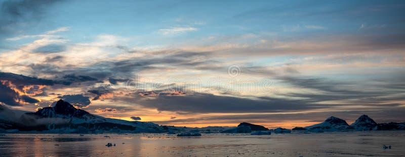 Panorama van zonsondergang in Antarctica stock afbeelding
