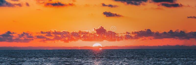 Panorama van Zonsondergang over Overzeese Horizon bij Zonsondergang Natuurlijke zonsopgang stock afbeelding
