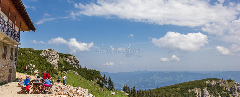 Panorama vanaf de bovenkant van de Karpatische bergen stock afbeeldingen