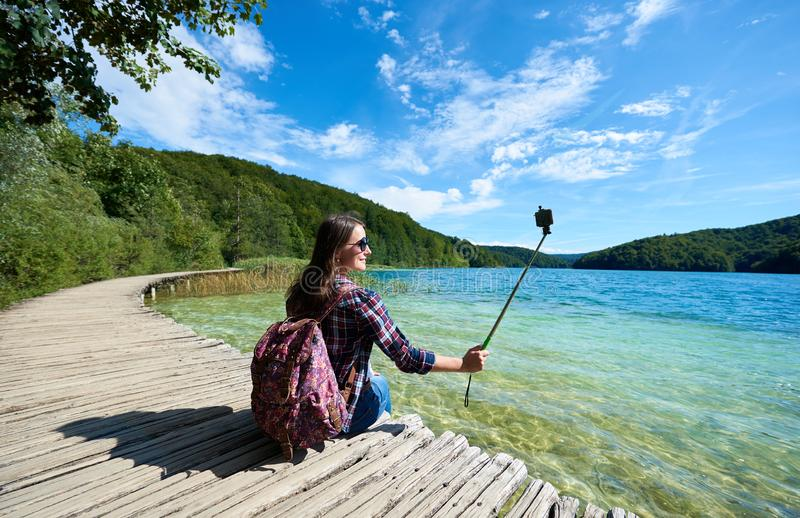 Panorama variopinto della molla dell'acceso di dalla foresta luminosa di verde del sole e dal chiaro lago blu fotografie stock