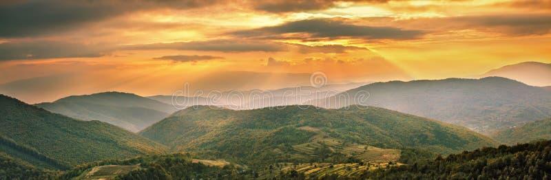 Panorama variopinto di tramonto della montagna Scena alpina di autunno fotografia stock libera da diritti