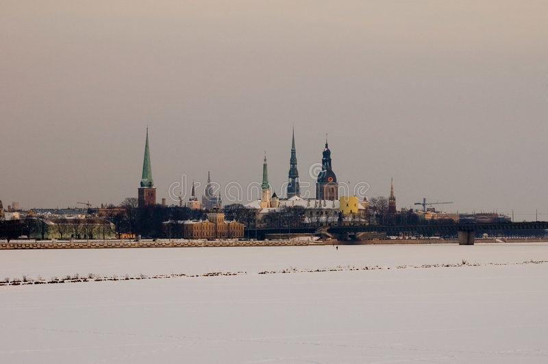 Panorama velho de Riga sobre congelado   imagens de stock