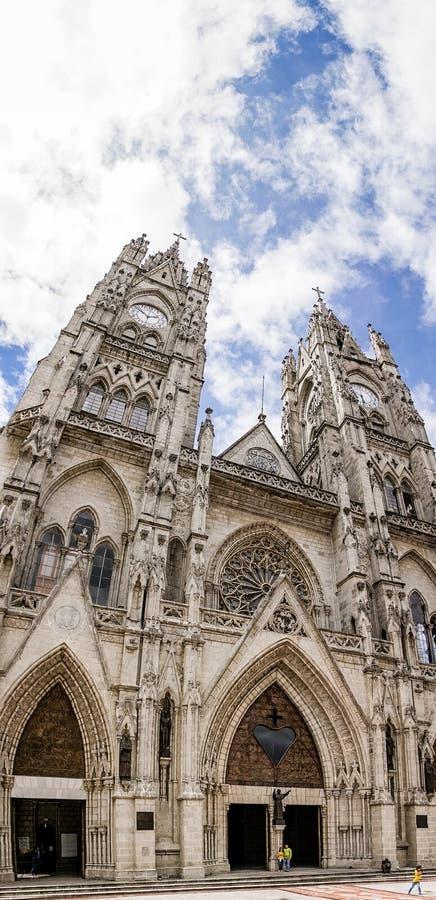 Panorama vertical da basílica em Quito, Equador foto de stock