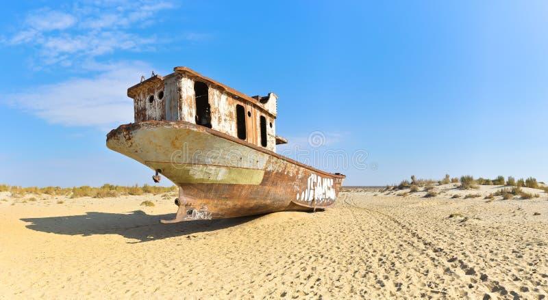 Panorama Vieux bateau dans le désert d'Aral, vue arrière photos stock