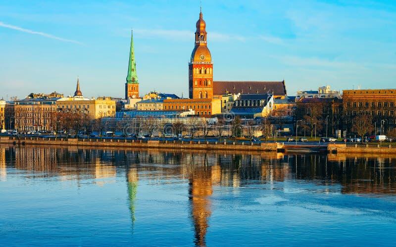 Panorama ville de rivière de dvina occidentale de vieille avec la cathédrale Riga de dôme images stock