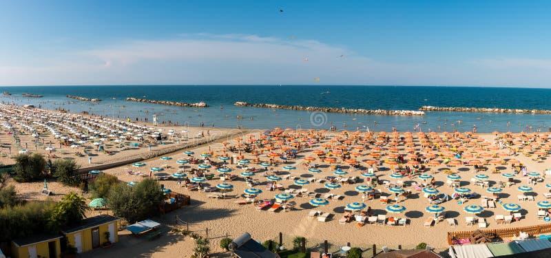 Panorama vom Strand in Torre Pedrera in Rimini in Italien lizenzfreie stockbilder
