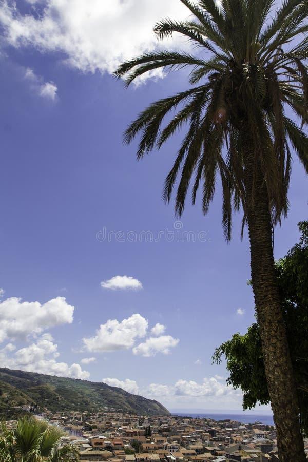 Panorama von altem Amantea& x27; s, Draufsicht mit Küste lizenzfreie stockfotos