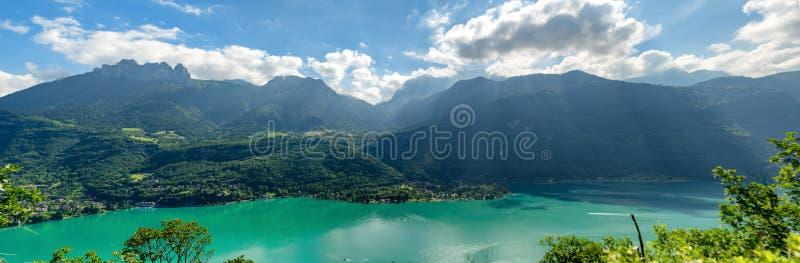 Panorama von Annecy See in den französischen Alpen lizenzfreie stockfotos