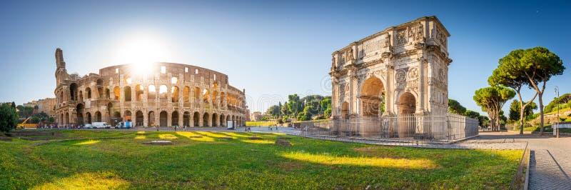 Panorama von Bogen Colosseum und Constantines bei Sonnenaufgang in Rom, Italien, Europa stockbild