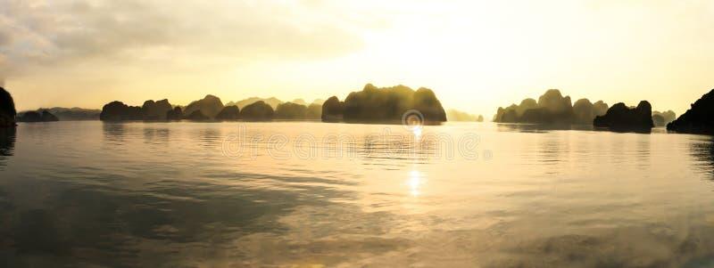 Panorama von Buchtinseln und -Meerblick ha langen am Abend mit goldener heller Reflexion auf Wasser, ha lang, Vietnam lizenzfreie stockbilder