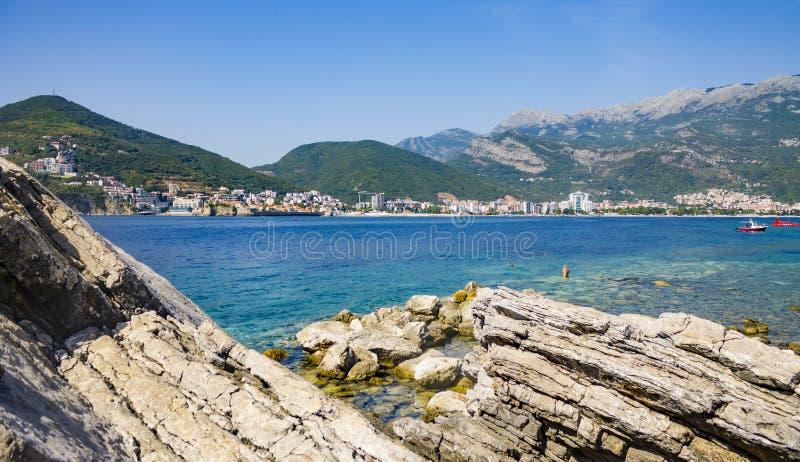 Panorama von Budva mit Felsen im Vordergrund von Insel Sveti Nikola stockbilder