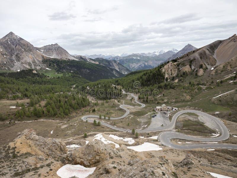 Panorama von Col. d ` izoard in den französischen Alpen von Haute Provence in der Richtung von Briancon lizenzfreie stockfotos