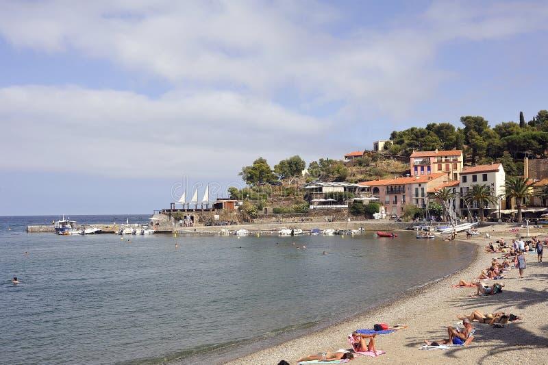 Panorama von Collioure und von seinem Strand im Sommer stockbilder