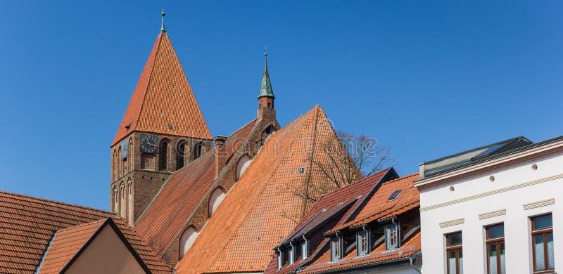 Panorama von Dachspitzen und von Kirchturm in der alten Stadt Grimmen stockfotos