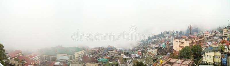 Panorama von Darjeelings-Stadt in Ost-Bengal, in Indien und in den umgebenden Bergen bedeckt mit starkem Nebel stockbilder