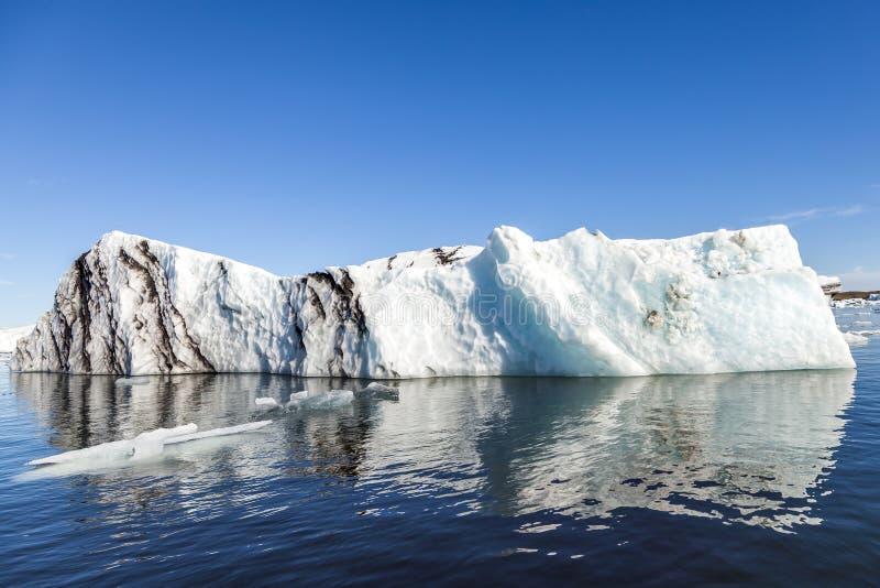 Panorama von den Eisbergen, die in die blaue Lagune schwimmen stockbilder