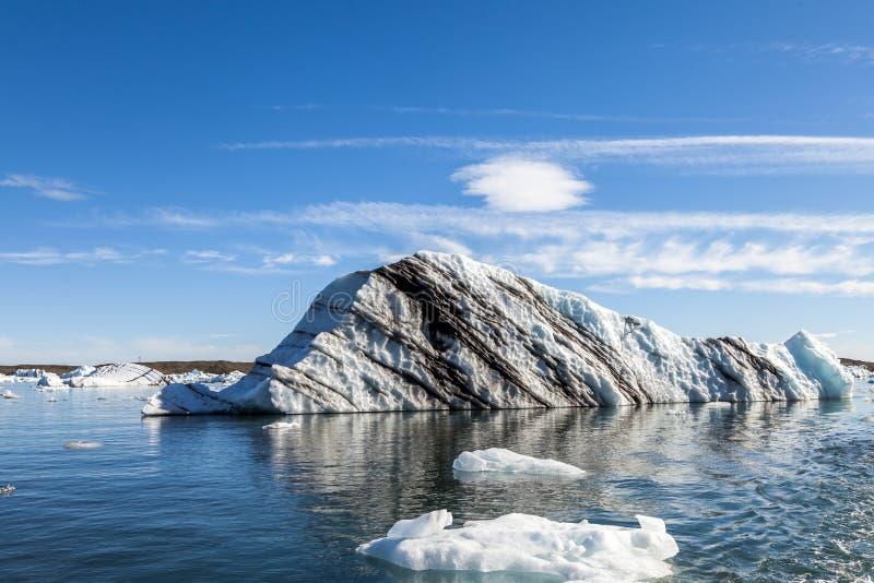 Panorama von den Eisbergen, die in die blaue Lagune schwimmen stockbild
