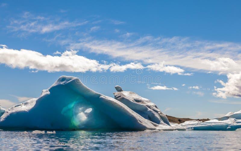 Panorama von den Eisbergen, die in die blaue Lagune schwimmen lizenzfreies stockbild