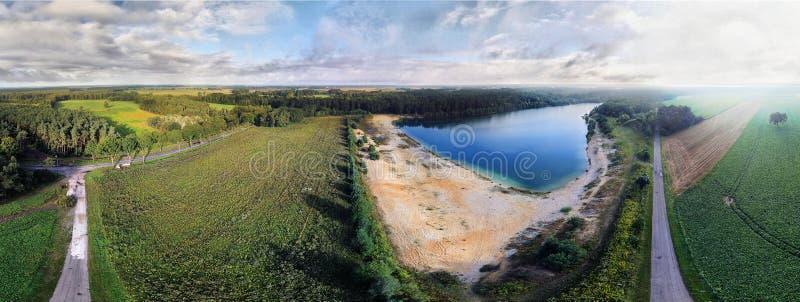 Panorama von den Luftfotos einer Wiese und des Sees stockfoto