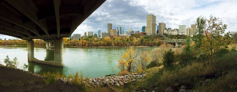 Panorama von Edmonton, Kanada mit bunter Espe im Fall stockfotos