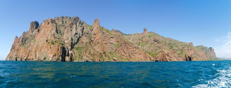 Panorama von Felsengebirgsmassiv des vulkanischen Ursprung auf Seeufer stockbild