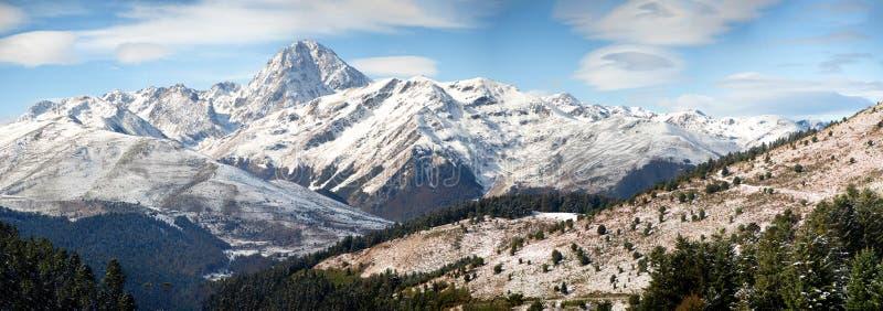 Panorama von französischen Pyrenäen-Bergen mit Pic du Midi de Bigorr lizenzfreies stockfoto