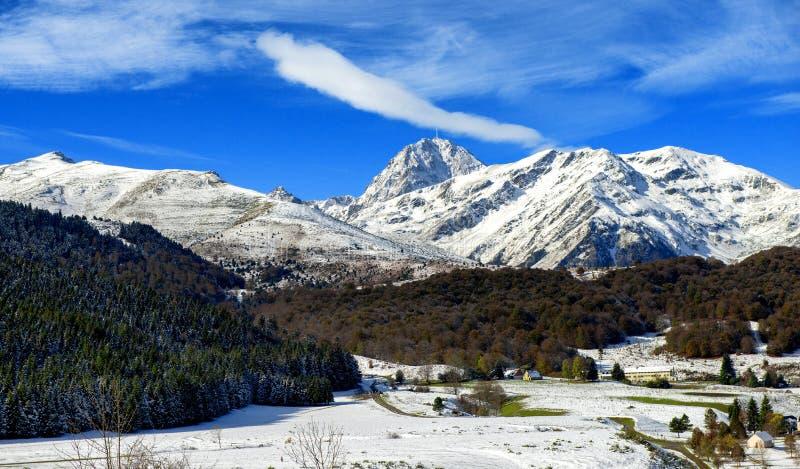 Panorama von französischen Pyrenäen-Bergen mit Pic du Midi de Bigorre im Hintergrund stockbilder