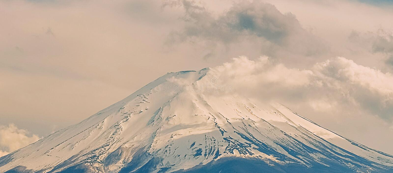 Panorama von Fuji-Berg mit Schnee bedeckte morgens Sonnenaufgang an See kawaguchiko, Yamanashi, Japan mit einer Kappe Markstein u lizenzfreies stockbild