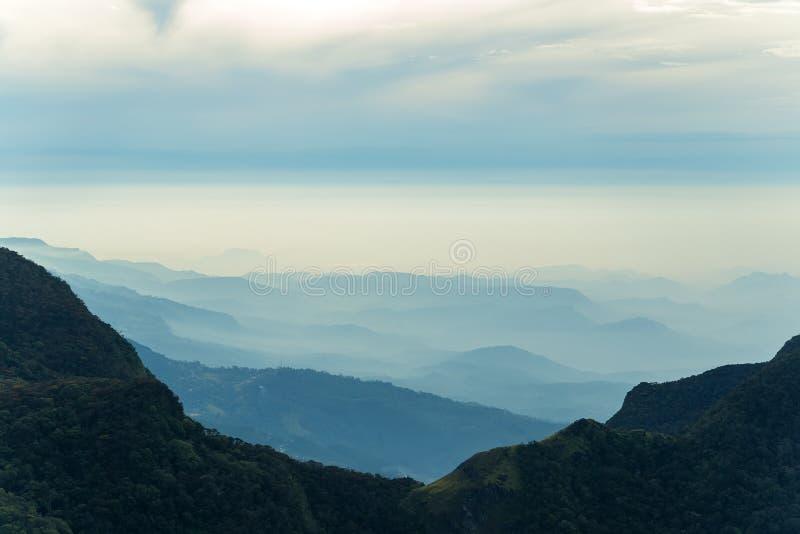 Panorama von Gebirgsrücken Hügeln gestalten landschaftlich stockfotos