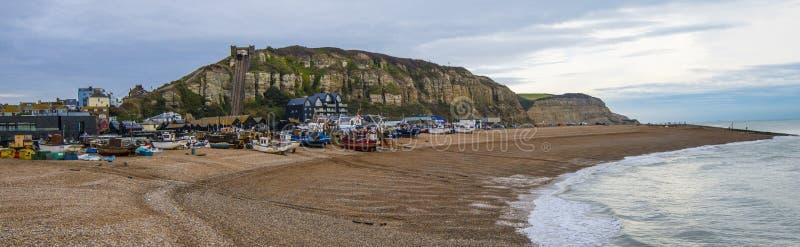 Panorama von Hafen und von Fischereiflotte Hastings stockbild