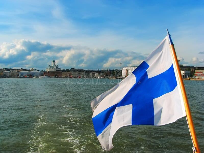 Panorama von Helsinki mit finnischer Markierungsfahne stockfotografie